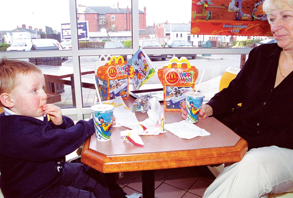 Foto: McDonalds - Kind beim Essen
