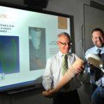 Foto von Michael Höfler und Georg Hartmann mit Beinprothese aus 3D-Drucker