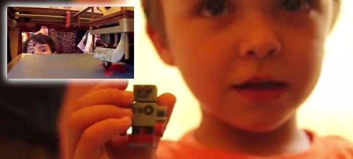 Kind zeigt Roboter aus 3D-Drucker