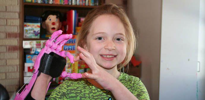 Kind mit Hand aus 3D-Drucker