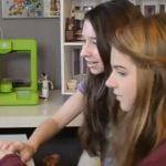 Kinder mit 3D-Drucker im Kinderzimmer