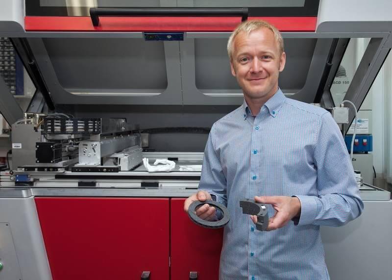 Christian Polzin mit Siliziumkarbid-Bauteilen aus dem 3D-Drucker