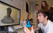 Figur aus dem 3D-Drucker von Schülern präsentiert