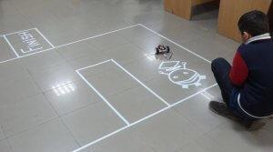 Schüler aus Pakisatn mit Roboter-Auto aus dem 3D-Drucker