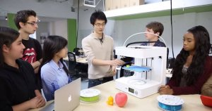 Schüler mit 3D-Drucker