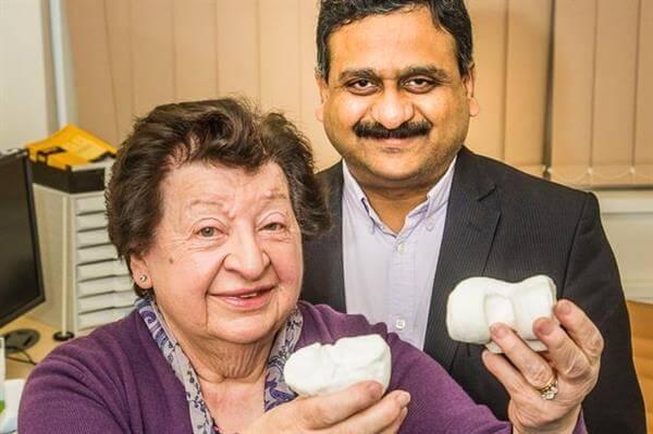 Frau kann dank 3D-Druck-Kniegelenke wieder gehen
