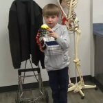 Lucas Abraham mit einer Hand aus dem 3D-Drucker