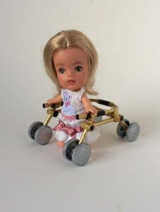 Puppe im Rollstuhl