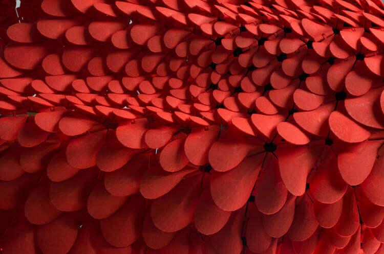 Die Nahansicht zeigt die Strukturen des mit dem 3D-Drucker gefertigten Kleides (Bild © fastcodesign.com).