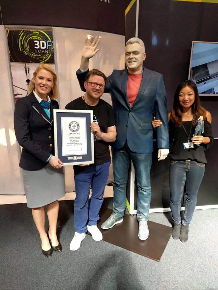 Fertig: Das Selfie aus dem 3D-Drucker von Jon Bentley schafft mit 2,05 Meter den Eintrag ins Gunniess Buch der Rekorde (Bild © Backface/Facebook).