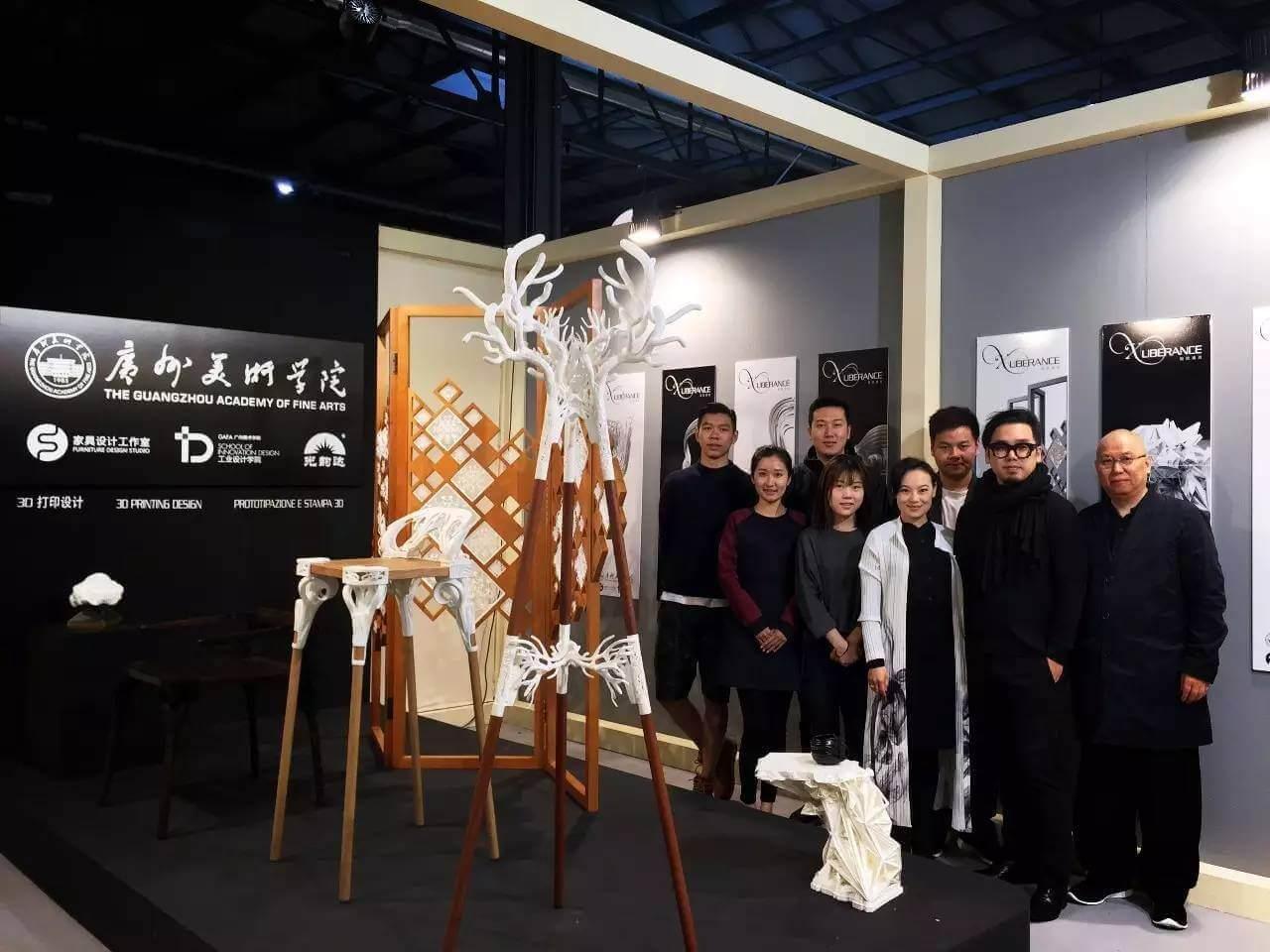 Die Studenten der Guangzhou Academy of Fine Arts präsentieren ihre Möbelstücke aus dem 3D-Drucker (Bild © wzaobao.com).