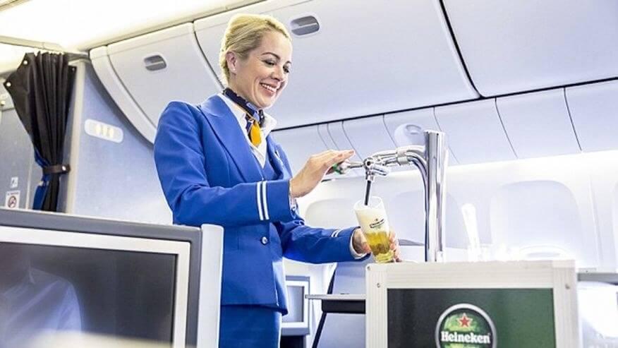 Stewardess zapft Heineken Bier. ©cntraveler.com