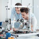 Junge Studenten entwickeln einen 3D-Drucker (Urheber: stockasso / 123RF Lizenzfreie Bilder).
