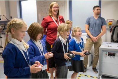 Schüler steuern Amazon Prime Air-Drohne.