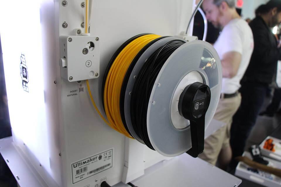 Wie bei fast allen 3D-Druckern befindet sich die Filament-Spule außen am 3D-Drucker (Bild © Facebook; Keith Ozar/keith_ozar).