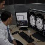 Ärzte bei Betrachtung von MRT-Aufnahmen.
