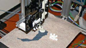 3D-Drucker mit Objekt.