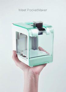 3D-Drucker in einer Hand.