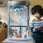 Ein Kind mit dem Yeehaw 3D-Drucker