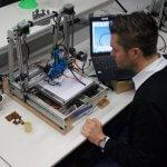 Benjamin Allbach mit einem 3D-Drucker
