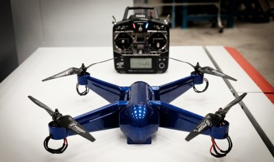 Drohne mit Steuerungseinheit.
