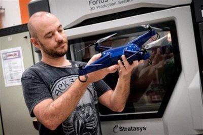 Der Forscher Philip Keane mit der fertiggestellten Drohne. (Bild: © 3ders.org)