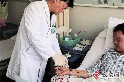 Dr. Wang bei der Visite.