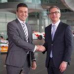 Chefs von McLaren Racing und Stratasys bei Vertragsunterzeichnung.