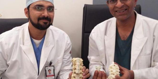 Ärzte mit Wirbelsäulenmodellen.