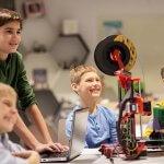 Kinder mit einem 3D-Drucker