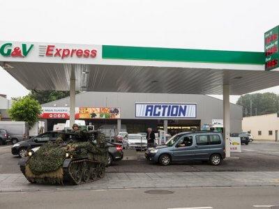 Panzer an Tankstelle