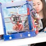 Schülerin mit einem 3D-Drucker