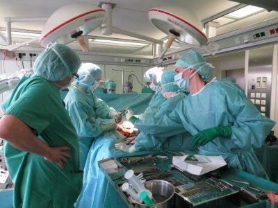 Ärzte bei einer OP.