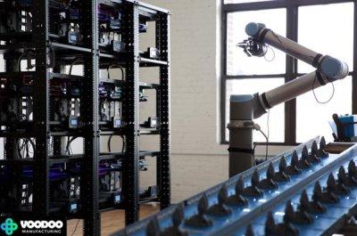Druckercluster und Roboterarm.