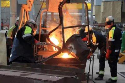 Mitarbeiter in einer Stahlfabrik