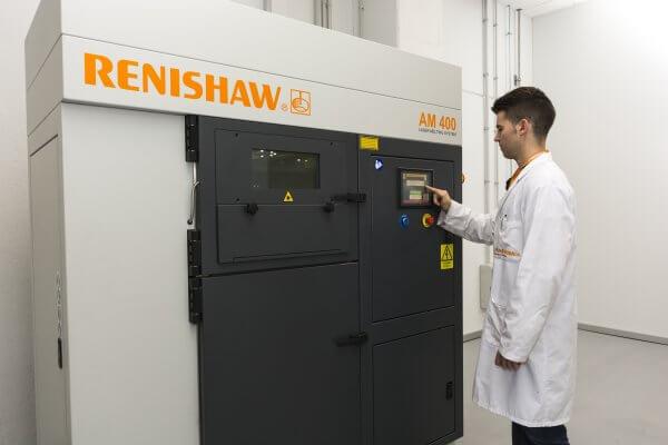 Mitarbeiter an einem Renishaw AM 400 Metall-3D-Drucker