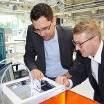Joachim Kleylein und Markus Kafara mit einem 3D-Drucker