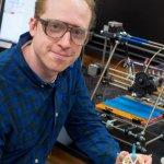 Joshua Pearce mit 3D-Drucker