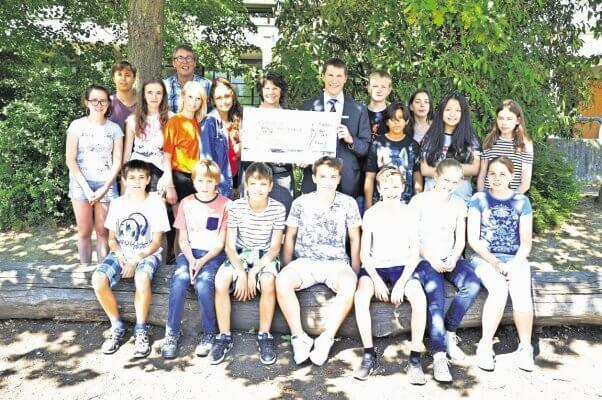 Schüler der Technik AG bei der Spendenübergabe