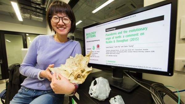 Forscherin mit 3D-gedruckter Replik