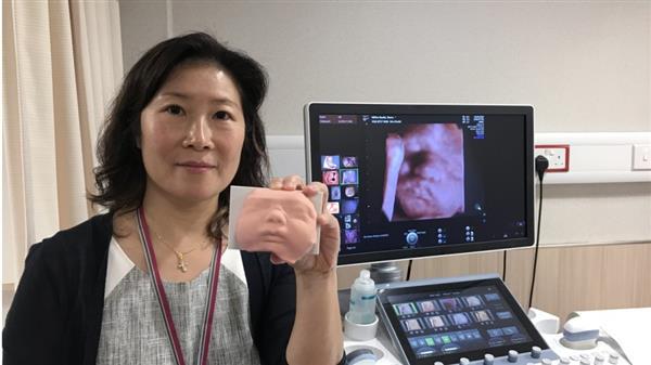 Medizinerin mit Gesichtsreplik