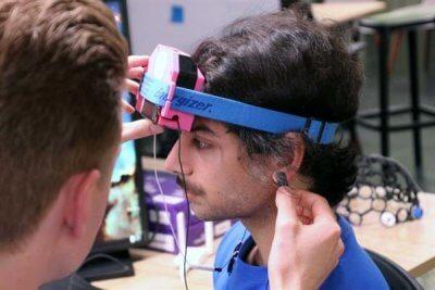 Gamer trägt HUMM Brain Zapper.