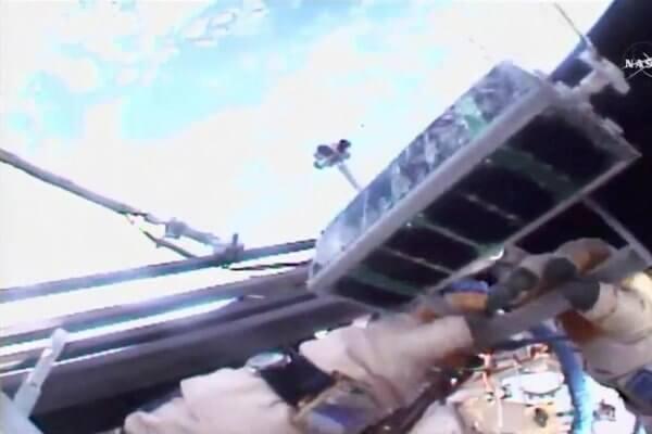 Kosmonaut mit Minisatellit