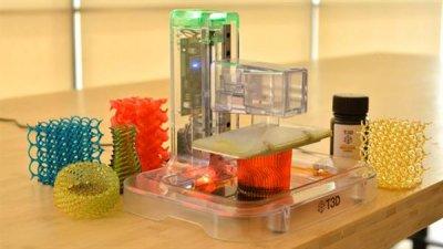 Der aufgestellte T3D-Drucker und einige gedruckte Modelle.