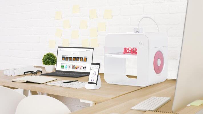 Witbox Go! 3D-Drucker, Smartphone und Laptop