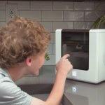 Kind mit Cubibot 3D-Drucker