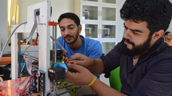Arzt und Techniker am selbst gebauten 3D-Drucker
