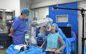 Dentaler Roboter beim Einsetzen von Zahnimplantaten