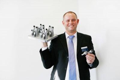 Alexander Schmidt mit 3D-Druckobjekt