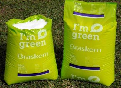"""Zwei Säcke des Braskem Kunststoffs """"I'm green""""."""